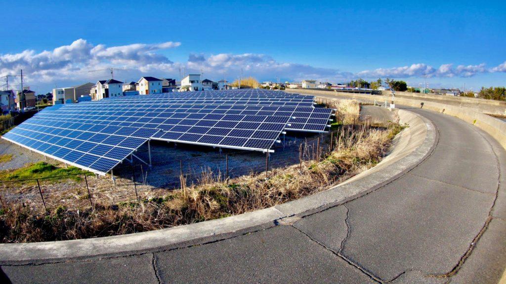 若松海岸の太陽光発電パネル
